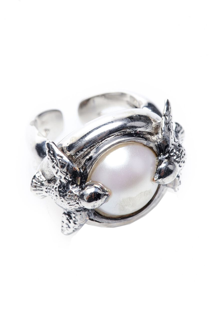Metal ring with bead and swallow detail