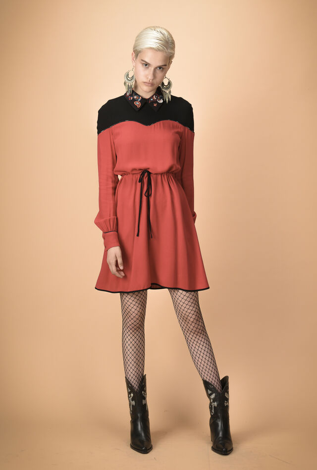 Dress with two-colour bodice and contrasting collar