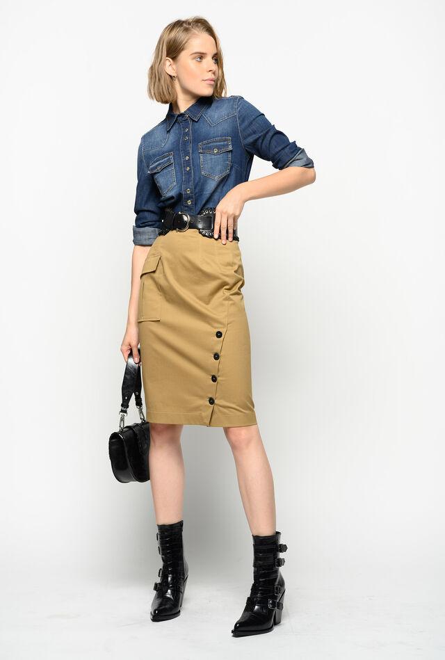 ポケットとボタンのあしらわれたスカート