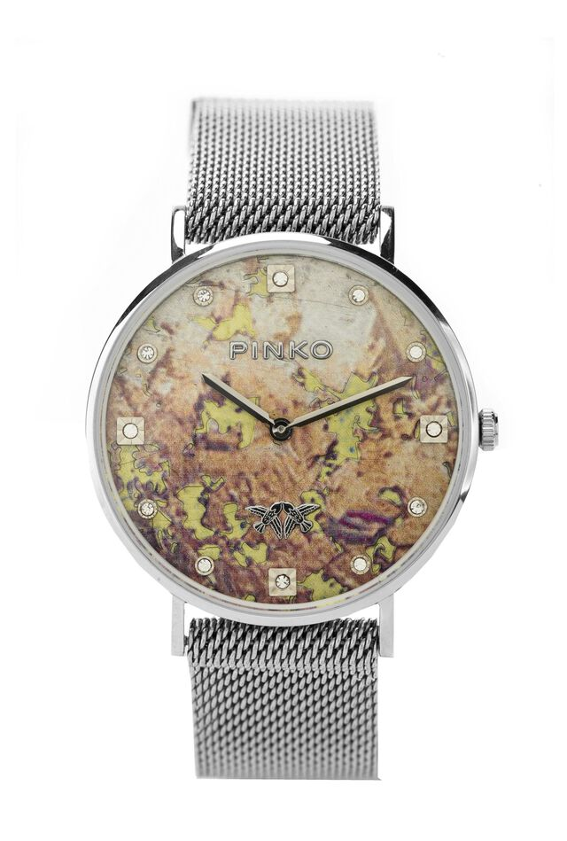 Reloj de malla metálica con mapa