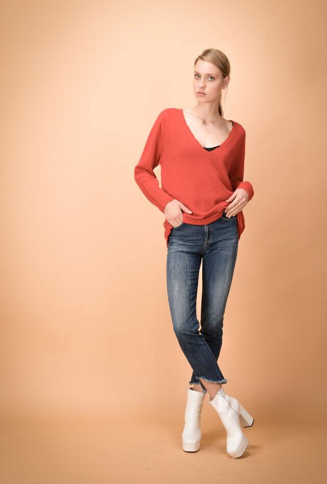 High-waist skinny jeans with frayed hems
