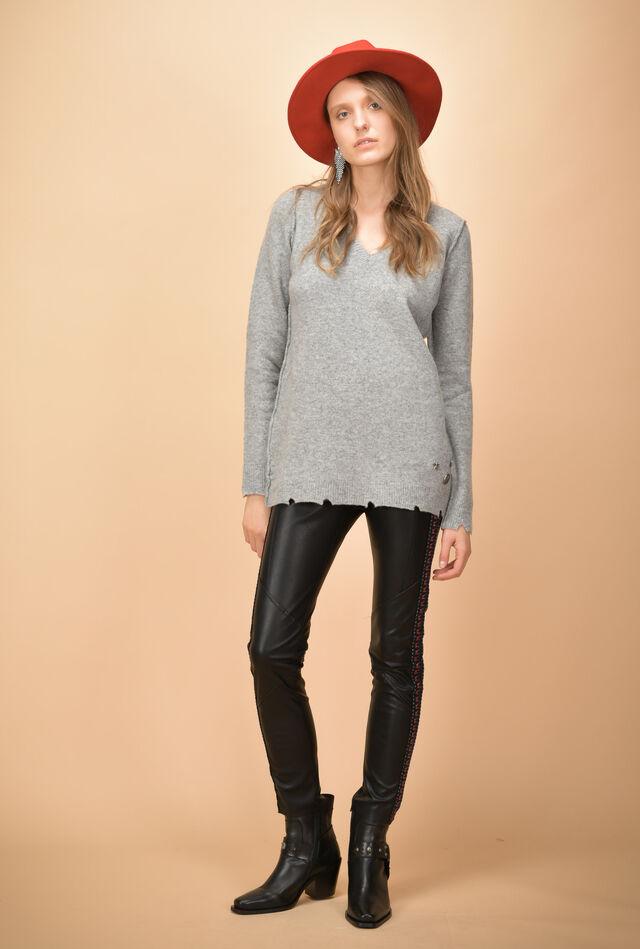 Шерстяной пуловер с V-образным вырезом